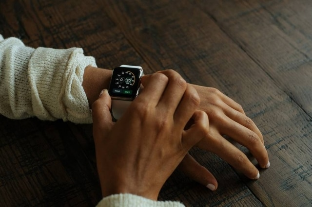 Função que monitora batimentos cardíacos do Apple Watch ajudou jovem americana a descobrir problema nos rins.