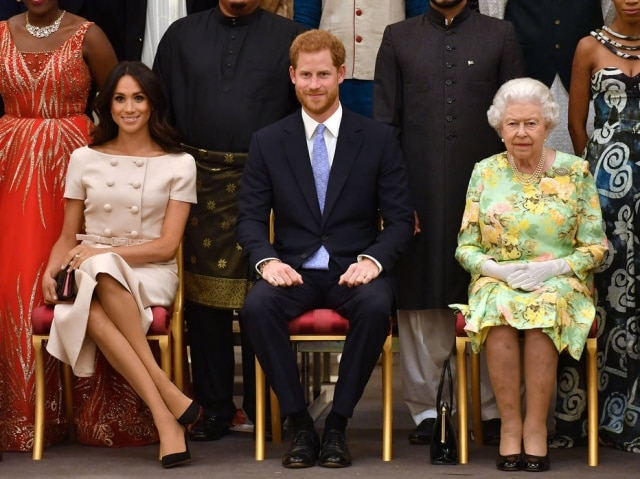 Meghan Markle, príncipe Harry e rainha Elizabeth II durante o evento Queen's Young Leaders
