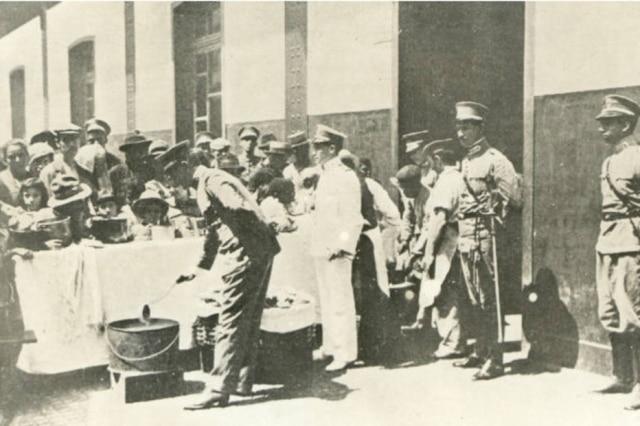 Distribuição de sopas durante a epidemia de gripe espanhol, 1918.