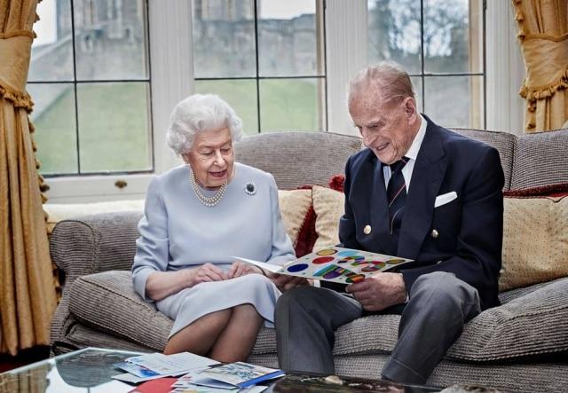 Rainha Elizabeth e Príncipe Philip em aniversário de 73 anos de casamento