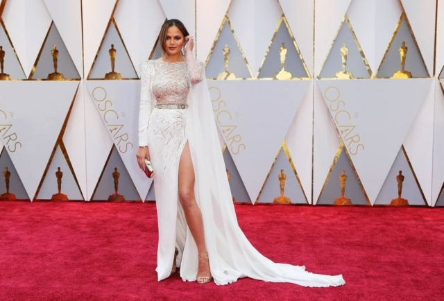 A modelo Chrissy Teigen foi flagrada dormindo no ombro do marido, John Legend.