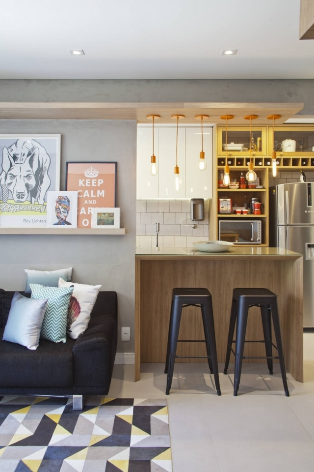 ArquitetoPedro Kastrup, do escritório PKB Arquitetura, responsável pelo projetou, optou por revestir a cozinha com azulejos brancos aplicados com revestimento escuro