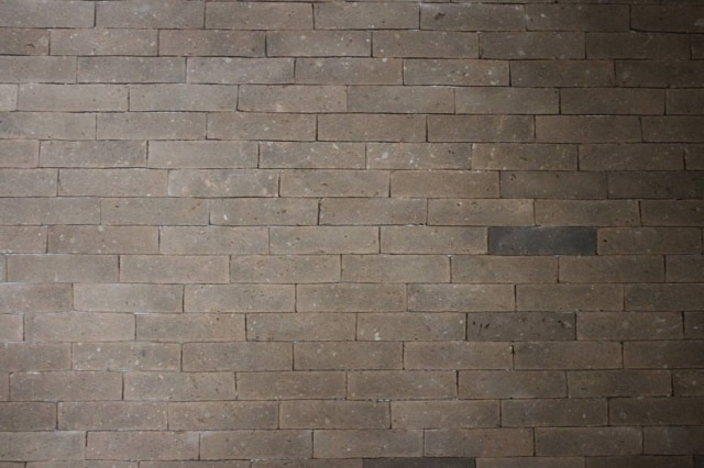 Este tijolinho à vista é uma mistura de restos de lâmpadas florescentes, barro e cimento