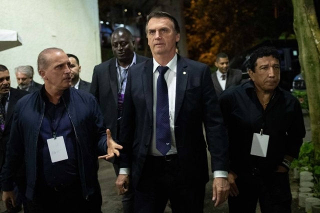 Jair Bolsonaro permaneceu com o blazer aberto