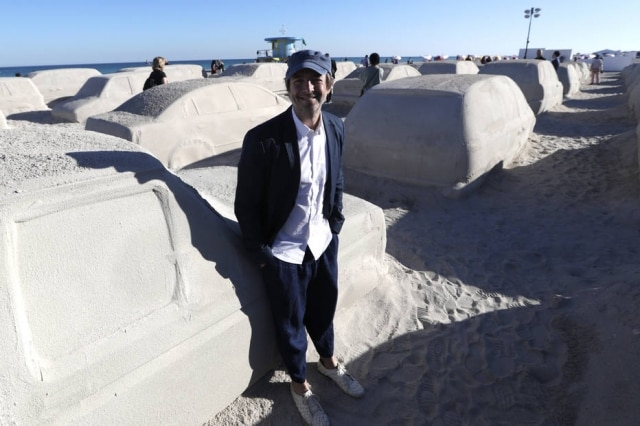 O artista Leandro Erlich diante da obra criada por ele em Miami Beach.