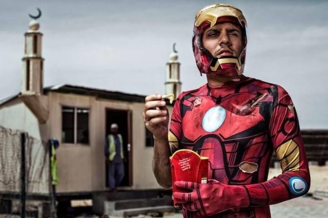 Iron Man, na meia idade: até herói come fast food de vez em quando
