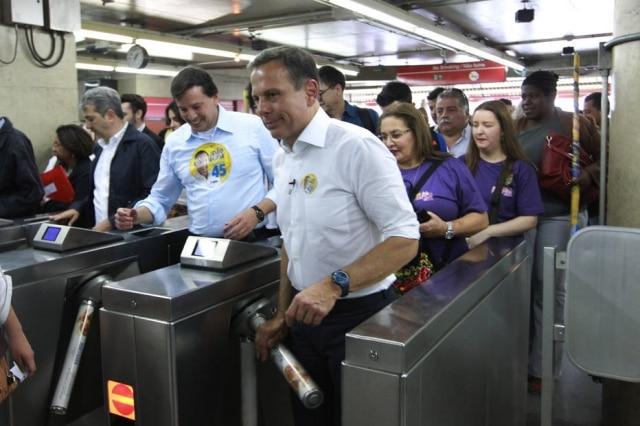 João Doria, candidato do PSDB, demonstrando toda a alegria de pegar um metrô