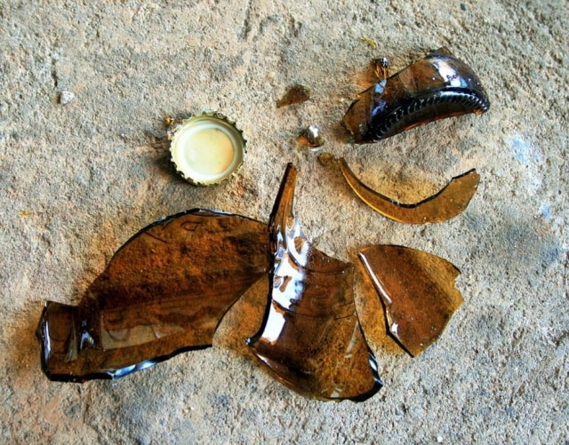 No carnaval, o coletor de lixo observa aumentono número de garrafas quebradas descartadas incorretamente