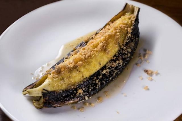 Banana da terra assada na casca com mel de abelhas nativas e farofa de castanhas