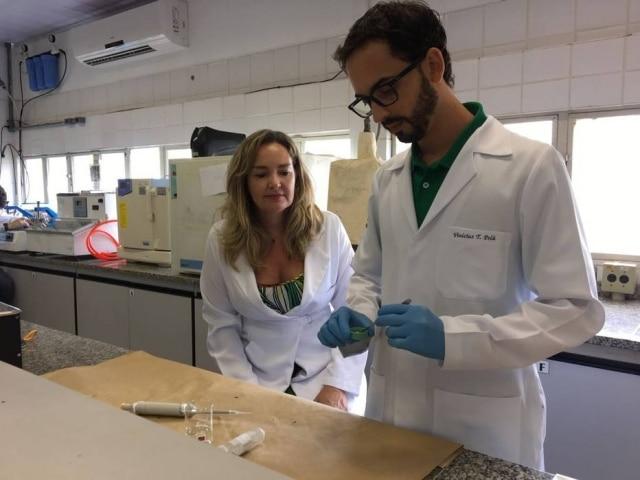 Vinícius Taioqui Pelá eMarília Afonso Rabelo Buzalaf, ambos da Ufscar, realizam a pesquisa na USP Bauru
