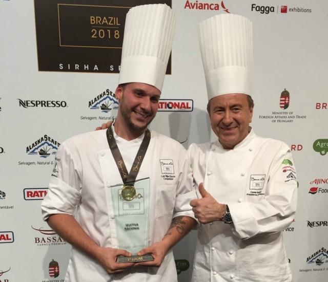 O vencedor Luiz Filipe Souza e o chef francês Daniel Boulud, jurado da competição