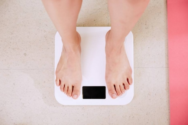 O peso que aparece na balança não determina se a pessoa precisa, de fato, emagrecer ou não.