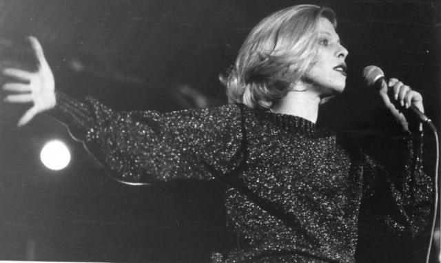 Vanusa durante show em 4 de outubro de 1977