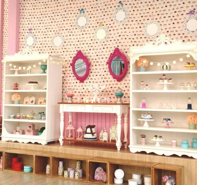 A decoração continua apostando em tons pastéis e detalhes fofos, como flores e espelhos com molduras barrocas.