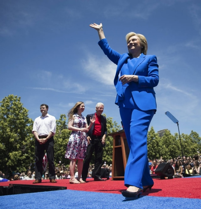 Hillary Clinton de azul royal no lançamento de sua campanha em Nova York.