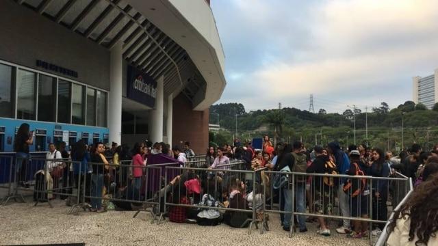Após não conseguir ingresso para a apresentação do cantor Justin Bieber em São Paulo, uma fã invandiu a fonte do ponto de vendas para expressar sua raiva.