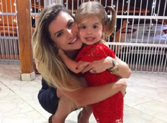 Mirella Santos rebate críticas por passar virada do ano longe da filha Valentina.