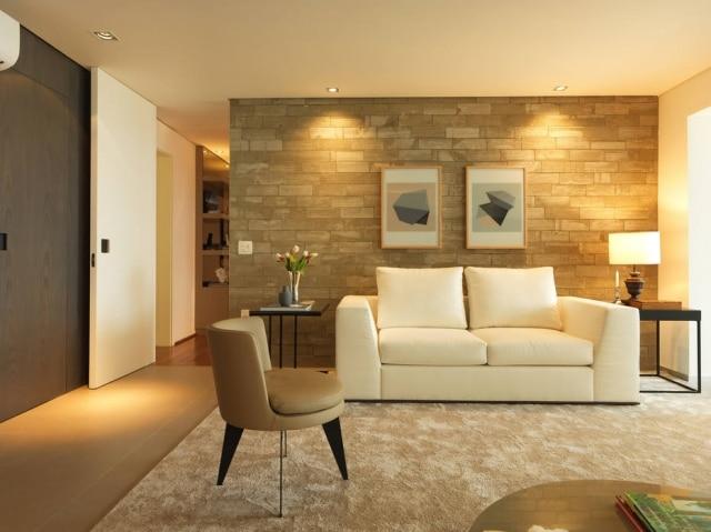 Projeto de Gabriel Garbin, com contraste entre tijolos e decoração.