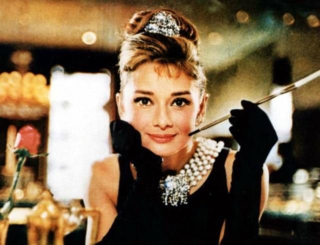 84e8737cec3 O vestido de  Bonequinha de Luxo  foi criado especialmente por Hubert de  Givenchy para