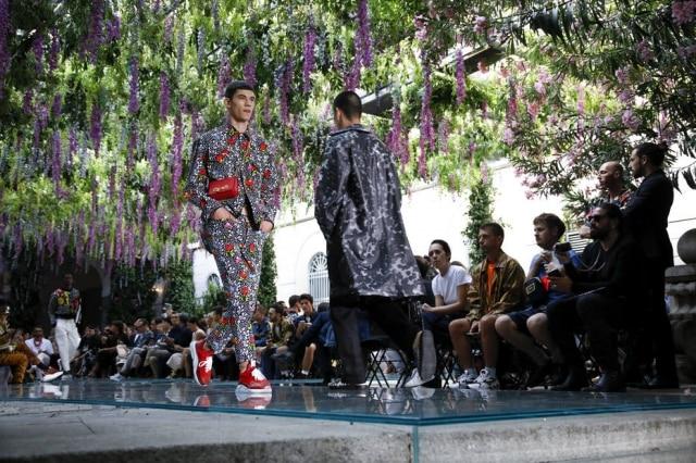 Odesfile do verão 2019 da Versace, em que boa parte dos looks masculinos era arrematado por um modelo de bolsa feminina icônico