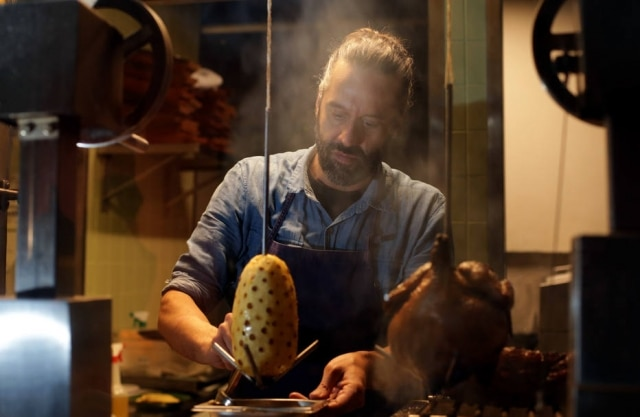 Solo. O chef Leo Botto usa diferentes técnicas com fogo para compor o menu da nova casa