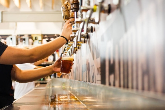 Quatro cervejarias promovem troca de alimentos e produtos de higiene por chope.
