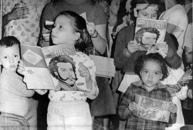Crianças com o livro comemorativo dos 150 anos da proclamação da Independência do Brasil, 1972