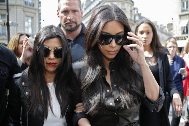 Kourtney e Kim Kardashian mostram que sempre gostaram de moda