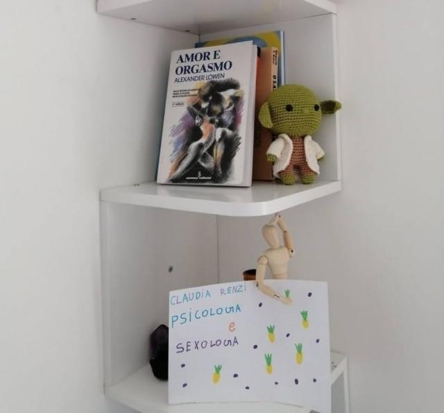 A filha da sexóloga Cláudia Renzi fez um cartaz para ela colocar em seu escritório