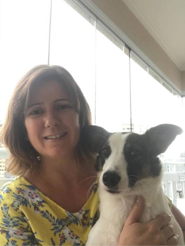A jornalista Renata Almeida e sua Bernadete, que iniciaram adestramento positivo online