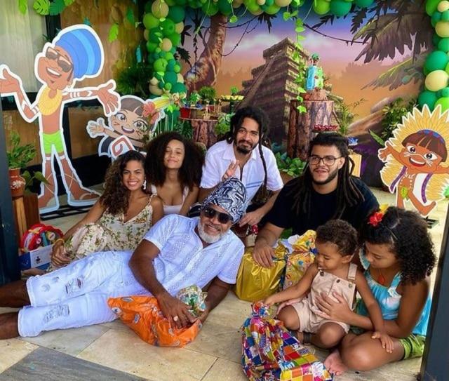 O cantorCarlinhos Brown e filhos