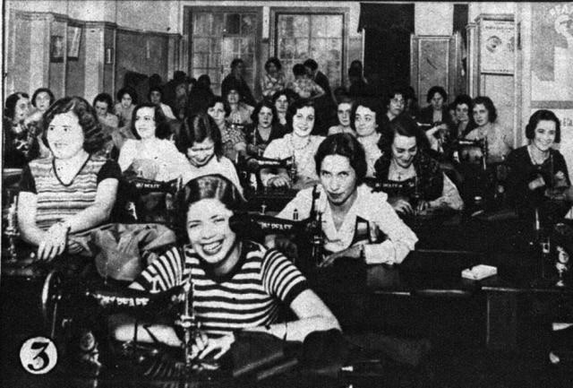 Voluntárias costuram para as tropas constitucionalistas em oficina montada na Casa Pfaff, na rua Senador Feijó. Imagem publicada noSuplemento Rotogravurade 14/9/1932