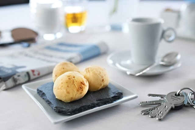 Para se agradaro gosto suíço, a receita mineira foi adaptada e leva queijogruyère.
