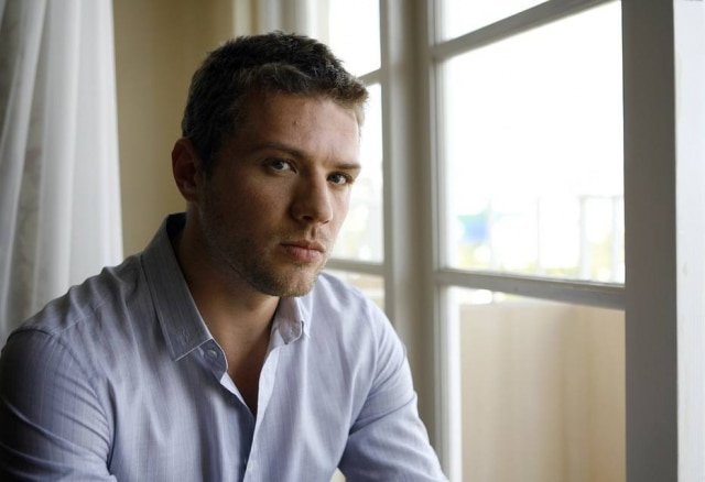 Modelo acusa o ator Ryan Phillippe de violência doméstica e pede US$ 1 milhão em indenização.