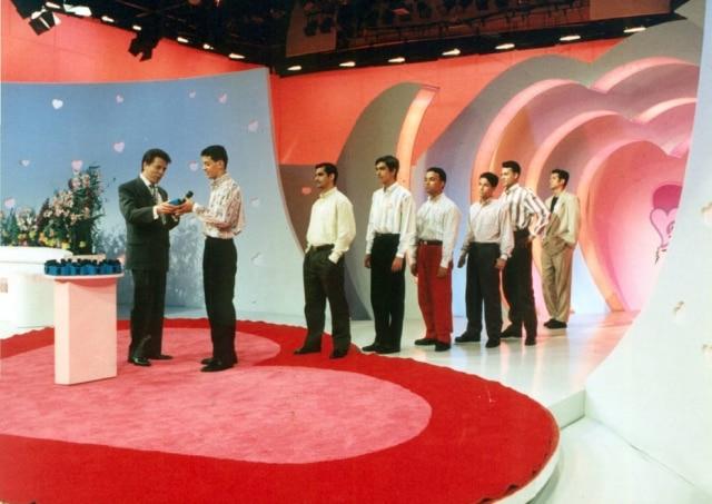 Silvio Santos durante apresentação do programa 'Em Nome do Amor' na década de 1990.