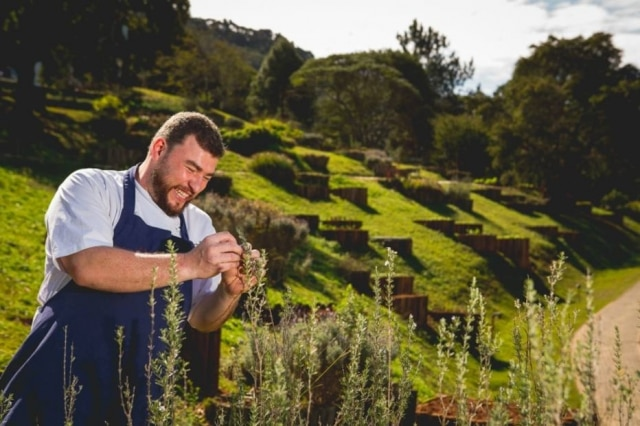 O chef Gabriel Broide na horta do hotel Botanique