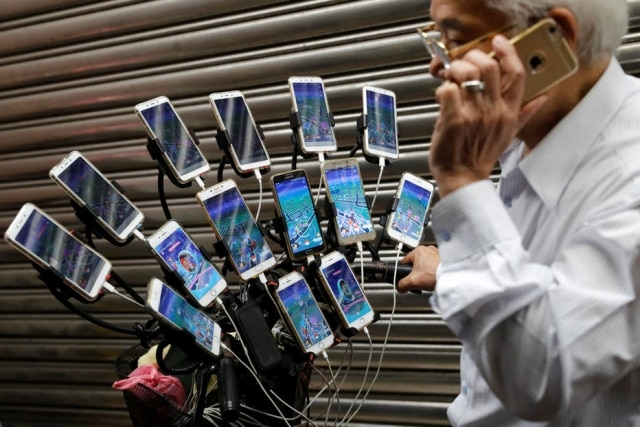 'Vovô Pokémon',Chen San-yuan, 70, mostra seu aparato para jogar 'Pokémon Go'.