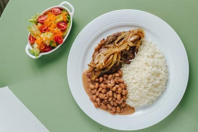 Arroz, feijão, bife e saladinho são clássicos do PF.
