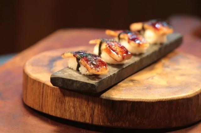 Na Casa do Porco, a pedra-sabão é usada para servir o sushi de porco.