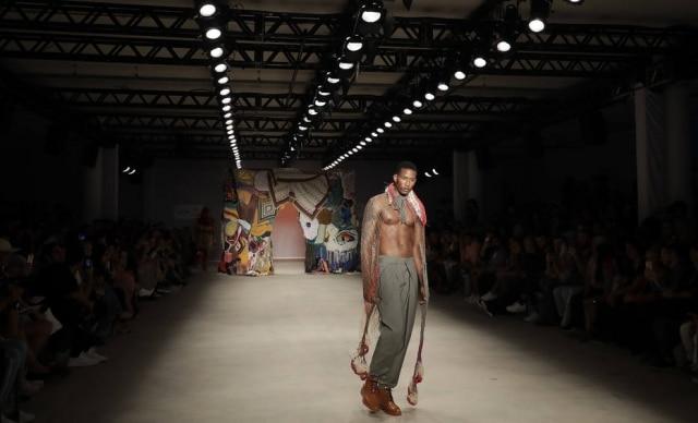 Um dos looks do projeto Ponto Firme, que trouxe um bem-vindo elemento social e político à semana de moda