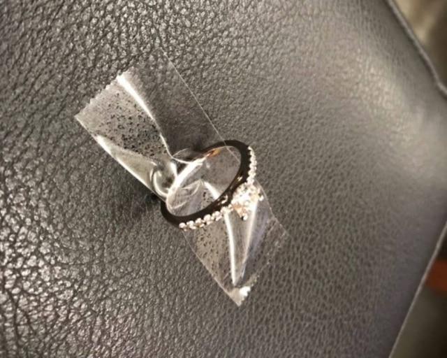 Retuítes ajudaram a polícia a devolver o anel para o casal.