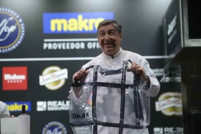 Roca recicla. Chef espanhol mostrou novos produtos do seu projeto, como o avental feito com sacos de vácuo