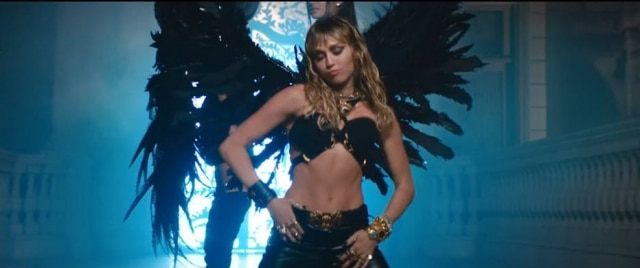 Miley Cyrus no clipe de 'Don't Call Me Angel'.