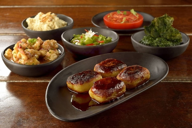 No lugar do porco San Zé, nhoque de batata-docetostado e achatadinho para lembrar as fatias do porco caipira assado na brasa e seus acompanhamentos