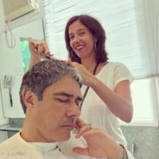 Foto de William Bonner cortando o cabelo, postada no seu Instagram.