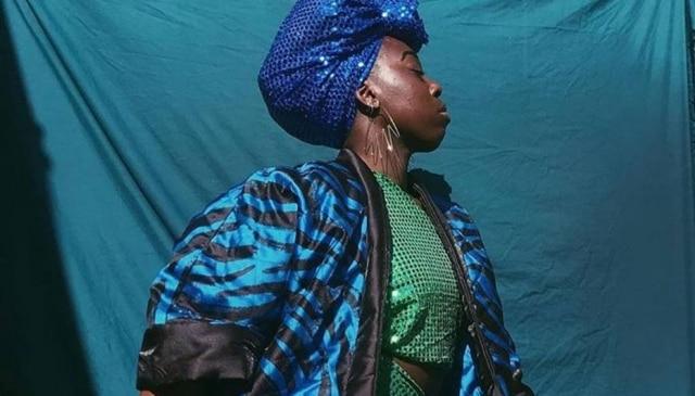 O casaco na foto é uma das peças da coleção Made in Kenya