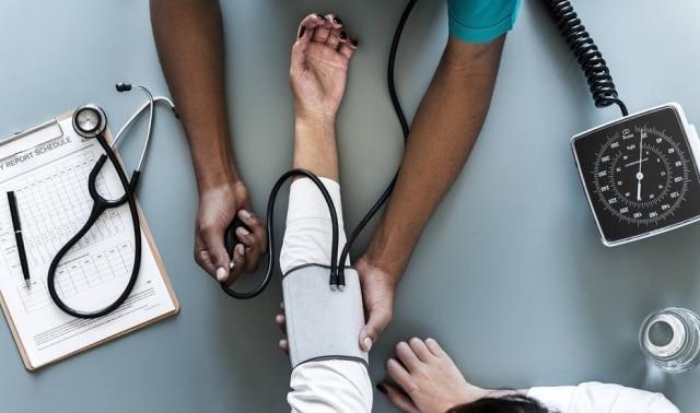 A pressão alta é um dos fatores que podem levar ao enfarte.