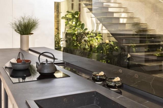 Cozinha com armários e bancadas inspirados pela filosofia Ikigai