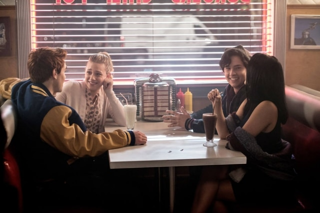 Cena de 'Riverdale' com KJ Apa interpretando Archie Andrews, Lili Reinhart no papel de Betty Cooper, Cole Sprouse atuando como Jughead Jones e Camila Mendes sendo Veronica Lodge.