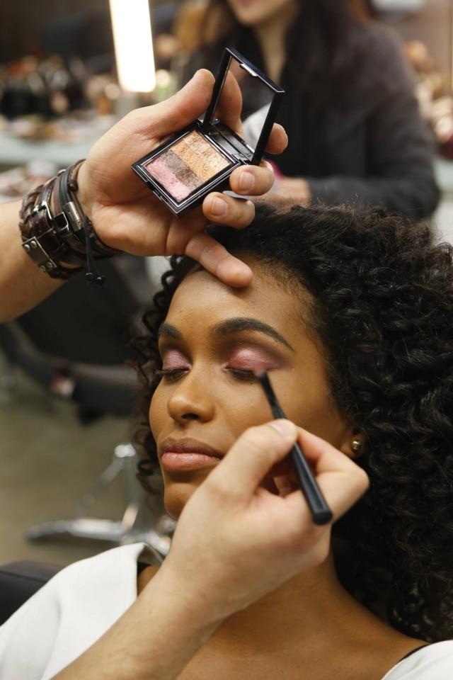 Para a modelo, testar os produtos no rosto antes de comprar e se maquiar com luz natural garantem o sucesso da maquiagem